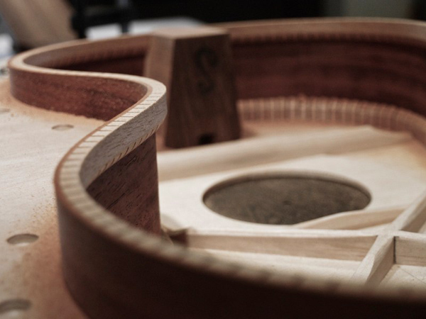 Processus de fabrication d une guitare acoustique for Acoustique d une piece