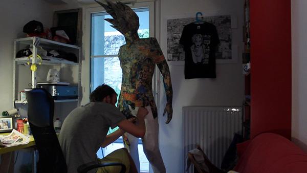 titan imposante sculpture en papier. Black Bedroom Furniture Sets. Home Design Ideas