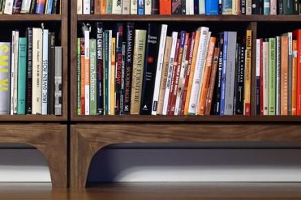 La construction d'une bibliothèque en bois en stop-motion