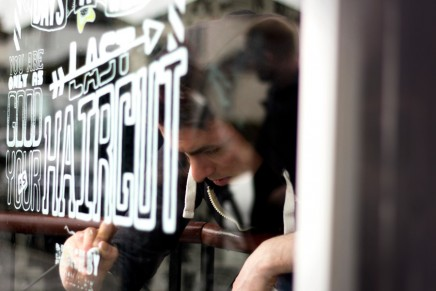 Du lettering sur la vitrine de Slick's Barbershop par Craig Black